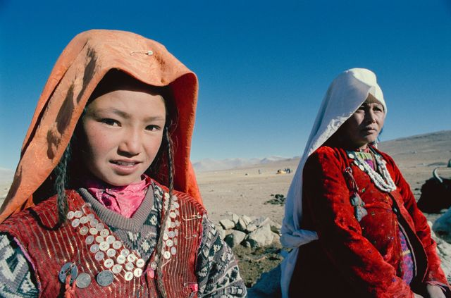 afghanistan protesta donne con vestiti tradizionali
