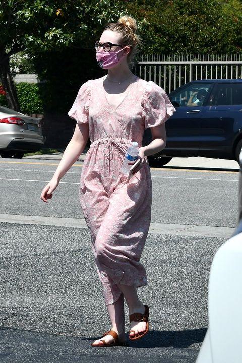 ピンクドレスでワンマイルルックをキュートに、華やかに