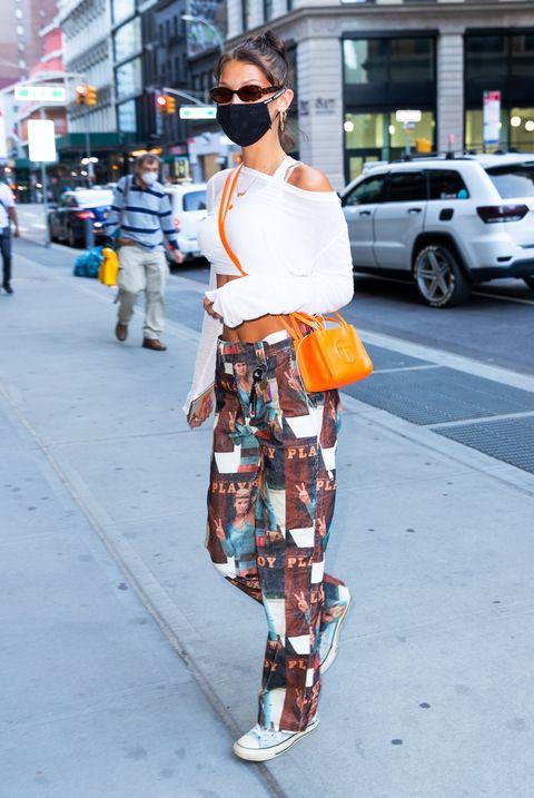 """「telfar(テルファー)」は、テルファー・クレメンスが2004年に立ち上げたジェンダーレスブランド。ロゴの入ったヴィーガンレザーのバッグは、ニューヨークのファッション好きが集まるエリアの若者の間で人気で、""""ブッシュウィック・バーキン""""と呼ばれるほど。今回は、セレブ界でのテルファーのバッグをsnap!"""