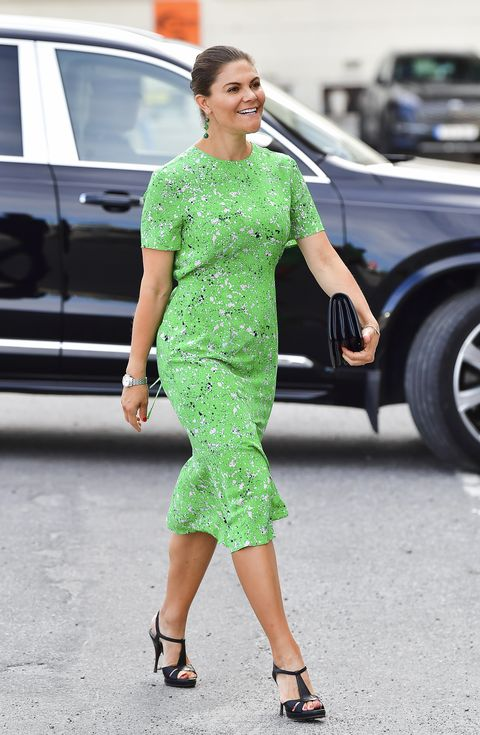 自国ブランドのドレスで華やかにおめかし!