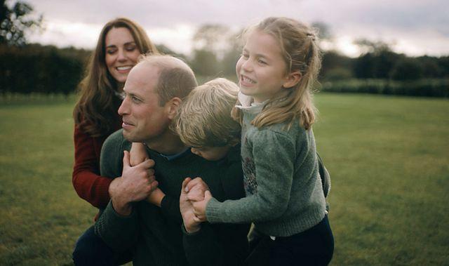 le prince william, duc de cambridge, et catherine kate middleton, duchesse de cambridge, avec leurs enfants, le prince george de cambridge et la princesse charlotte de cambridge   le duc et la duchesse de cambridge publient une vidéo privée en famille dans le norfolk et dans leur résidence de anmer hall avec leurs 3 enfants pour marquer leur 10 ème anniversaire de mariagecrédit obligatoire will warr  duke and duchesse of cambridge  kensington royal via bestimage the duke and duchess of cambridge release a private video in family in norfolk and at their anmer hall residence with their 3 children to mark their 10th wedding anniversarymandatory credit will warr  duke and duchess of cambridge  kensington royal via bestimage