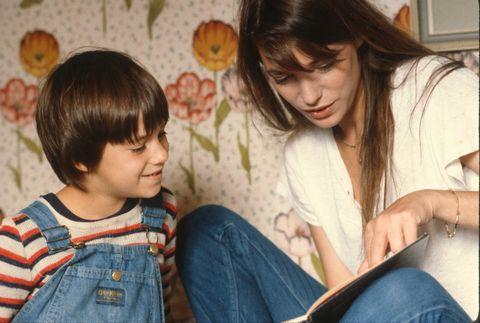 birkin, janenée le 14 décembre 1946 à londresactrice et chanteuse britannique naturalisée françaisejane birkin montrant un livre à sa fille charlotte gainsbourg, dans leur maison de vacances en normandiephoto, 1982