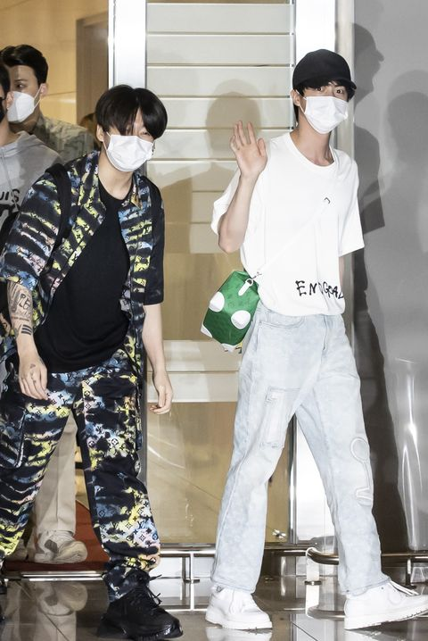 bts heads to new york members of the k pop group bts prepare to leave for new york from incheon international airport , west of seoul, on sept 18, 2021, to attend a united nations event as special presidential envoys for future generations and culture yonhap2021 09 18 205906 copyright ⓒ 1980 2021 yonhapnews agency all rights reserved
