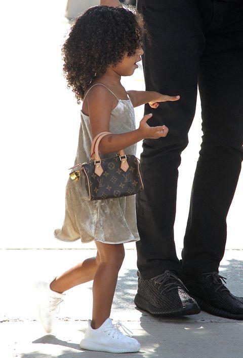 Standing, Leg, Hairstyle, Human leg, Child, Footwear, Waist, Shoe, Hand, Jeans,