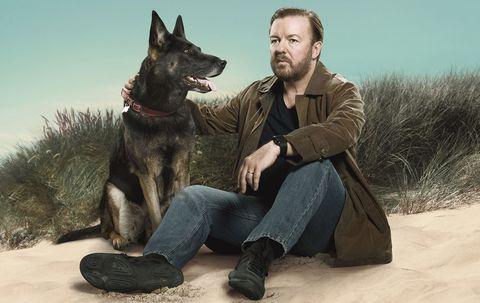 un hombre sentado en la playa con su perro en la serieafter life