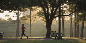 hardlopen-door-park-vrouw-afvallen