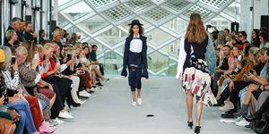 Modellen lopen op de catwalk van Amsterdam Fashion Week