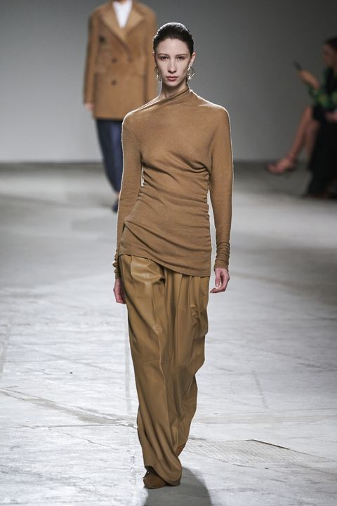Fashion show, Fashion model, Fashion, Runway, Clothing, Shoulder, Public event, Waist, Neck, Event,