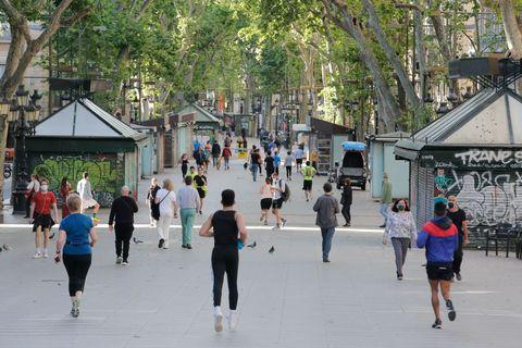 varias personas vuelven a correr en barcelona después de varios días en cuarentena