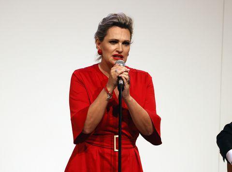 ainhoa arteta en una imagen de archivo cantando en fitur 2021, con vestido rojo