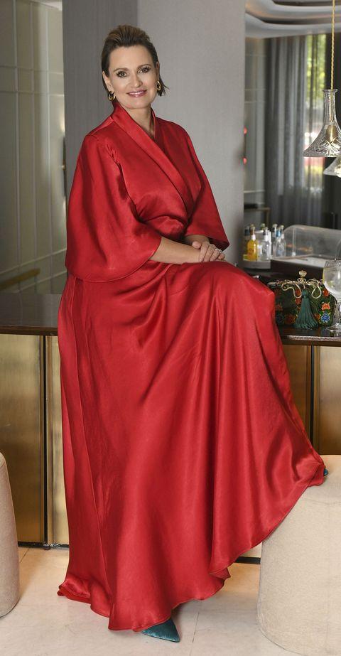 la soprano vasca, con un vestido en color rojo, sonríe a la cámara