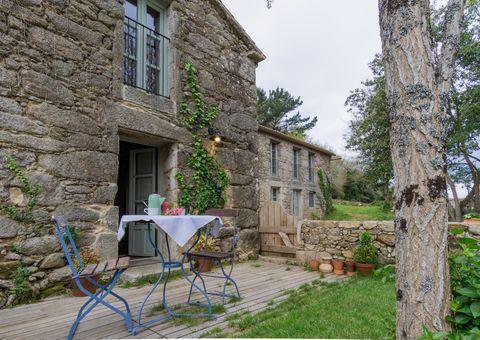casa de piedra con jardín