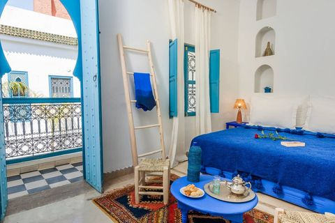 Riad de Airbnb en Marrakech decorado con el color Pantone 'Classic Blue'