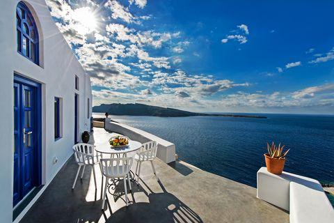 Airbnb en Grecia decorado con el color Pantone 'Classic Blue'