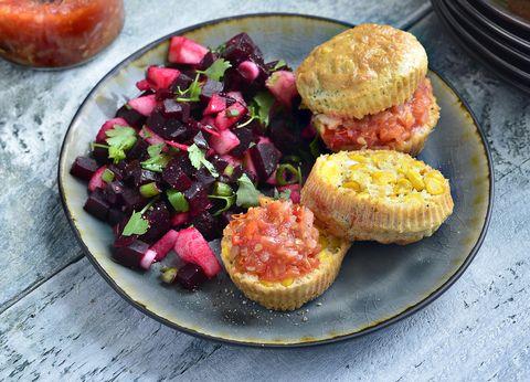 maisbroodjes met snelle chili tomatenjam en bietensalade