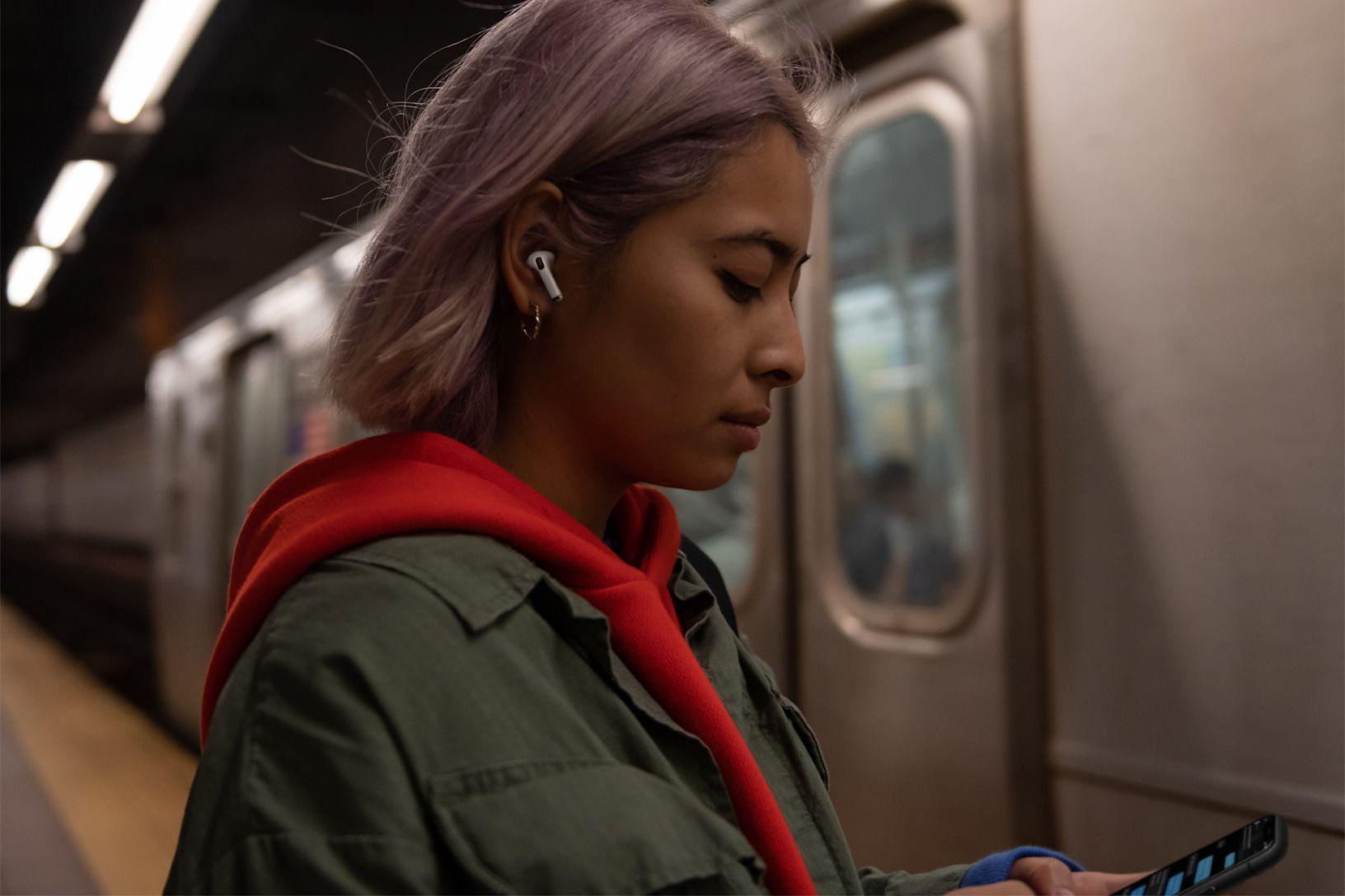 I nuovi Airpods Pro annullano i rumori esterni, isolano ma riportano alla realtà a tempo debito
