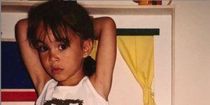Aitana Ocaña de niña ante una cocina de juguete