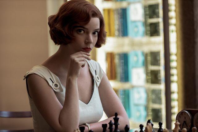 la actriz ann taylor joy da vida a la jugadora de ajedrez beth harmon en la serie de netflix gambito de dama