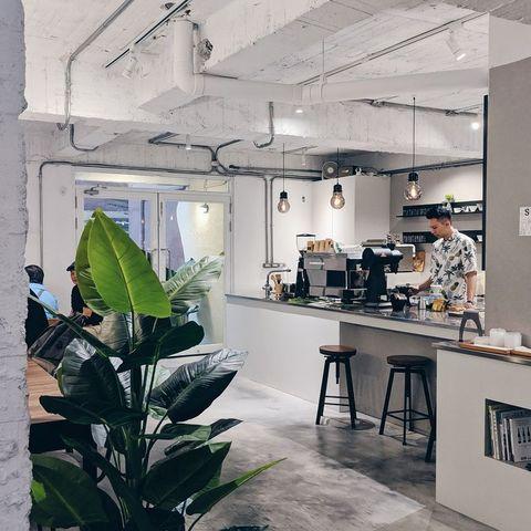 akau coffee 猻物咖啡位在職人町b棟1樓,是以「本地」為發想的咖啡品牌。屏東市昔稱「阿猴」,而店名「akau」就是作為呼應,並以猴子作為店內主要視覺意象,是當地極受年輕人歡迎的一間咖啡廳。