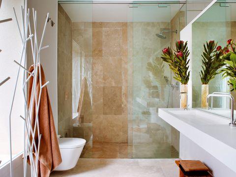 ducha de obra con revestimiento de mármol