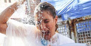 Alba Carrillo mojada de agua
