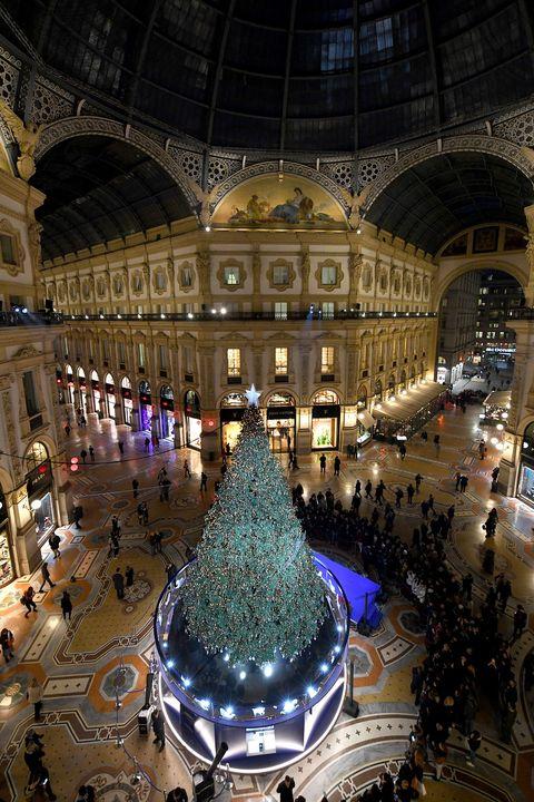Albero Di Natale Milano.L Albero Di Natale Swarovski A Milano Acceso Da Belen Rodriguez