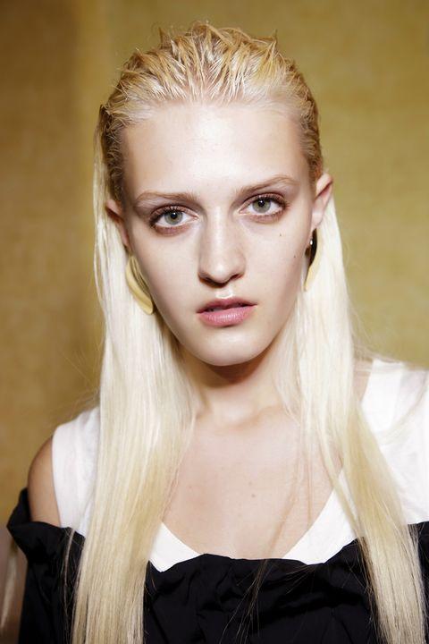 Hair, Face, Hairstyle, Blond, Eyebrow, Beauty, Chin, Long hair, Forehead, Lip,