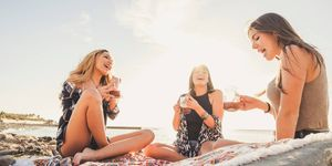 Vrouwen op het strand met drankjes