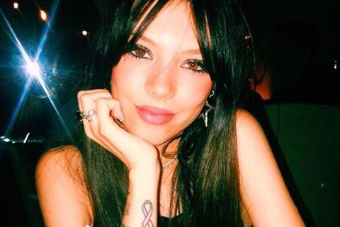 La hija de Terelu Campos, Alejandra Rubio, muestra el tatuaje que lleva en honor de Beatriz, la fallecida novia de su padre.