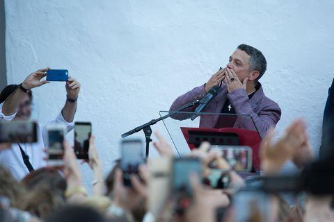 Alejandro Sanz, Alejandro Sanz ya tiene una calle en Alcalá de los Gazules, Cádiz, Alejandro Sanz se da un baño de masas en el pueblo de su madre, Alejandro Sanz ha recibido con mucho honor una calle en Alcalá de los Gazules, Alejandro Sanz tiene una calle en Cádiz
