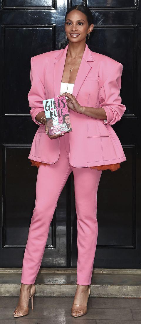 alesha dixon no acierta con su traje pantalón en color rosa con su chaqueta oversize y grandes hombreras