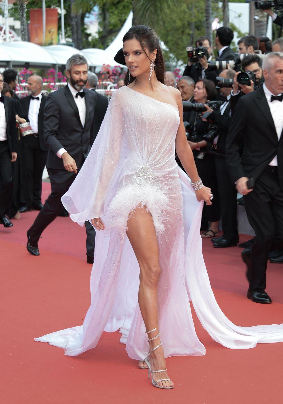 Victoria Secret's Angel satu ini tampil memukau di acara pembukaan, dengan berbalut gaun see-through dan high-slit warna putih