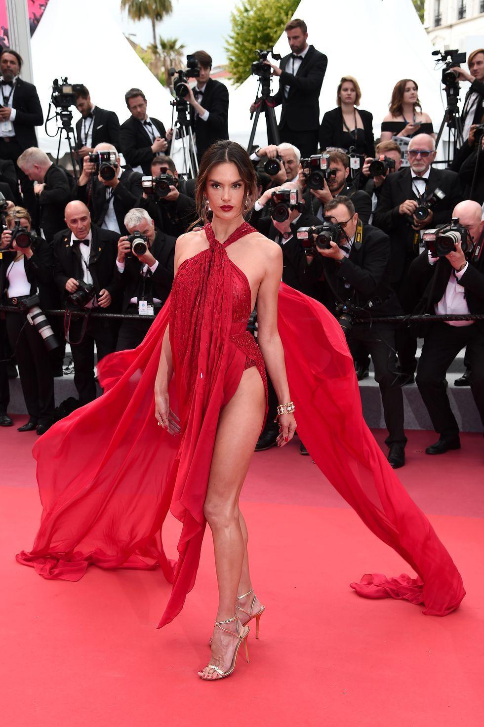 Supermodel senior satu ini hadir memukau di karpet merah pada premier.