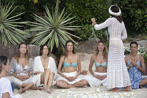 alessandra ambrosio celebra una ceremonia de yoga en la playa con sus hijos