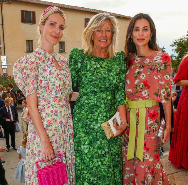 alessandra de osma estrena como invitada de boda un vestido capa rosa de flores largo de la marca española jorge vázquez