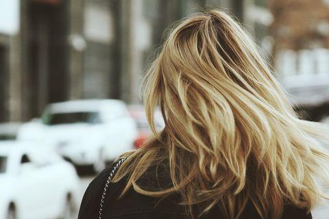 Perché perdiamo capelli in autunno e come correre ai ripari