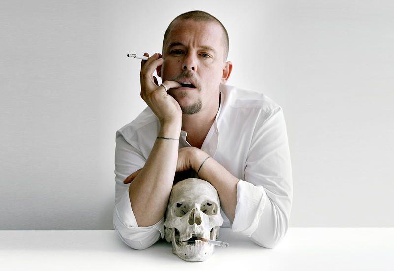 fbfb9b85eb13 Alexander McQueen, la biografia essenziale di un rivoluzionario in stile  ancient regime