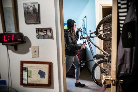 Alexandera Houchin sort son vélo de sa chambre en préparation pour une balade à Cloquet, MN le 22 octobre 2019.