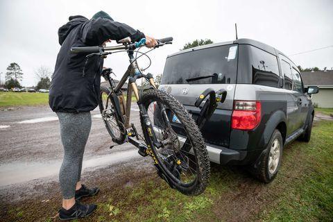 Alexandera Houchin charge son vélo chez elle sur la réserve de Fond du Lac en préparation d'une balade à Cloquet, MN le 22 octobre 2019.