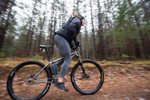 Alexandera Houchin fait du vélo au Centre de foresterie de Cloquet à Cloquet, MN, le 22 octobre 2019.