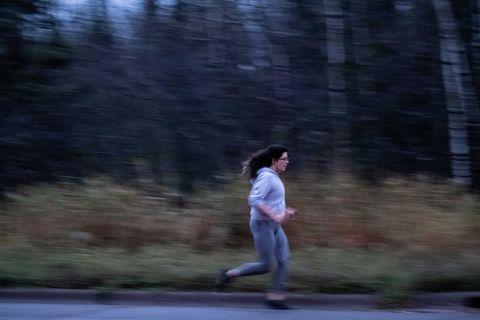 Alexandera Houchin part pour une course matinale près de son domicile sur la réserve de Fond du Lac à Cloquet, MN le 22 octobre 2019.