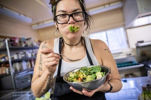 Alexandera Houchin profite de son déjeuner tout en travaillant comme assistante de restauration au Cloquet Forestry Center de Cloquet, MN, le 22 octobre 2019.