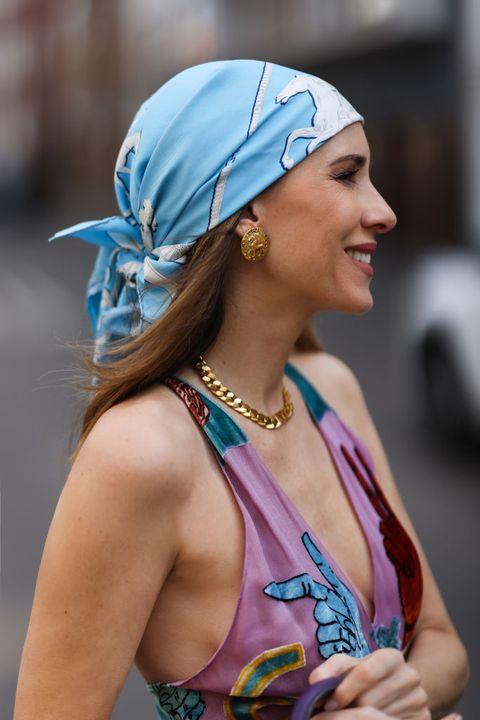 vrouw draagt een retro hoofddoek in dusseldorf
