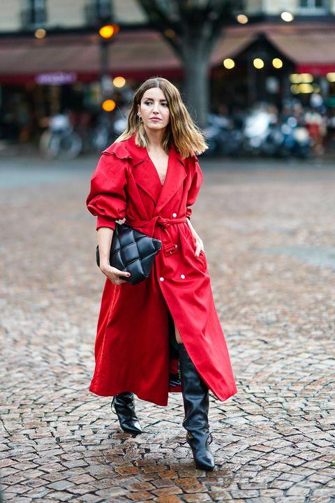 alexandra pereira con un abrigo rojo