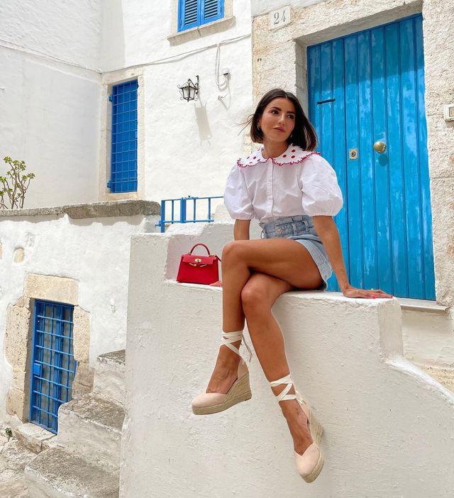 alexandra pereira tiene un look para hacer turismo de blusa estilo 'baby doll' de zara, cuñas de marca española y shorts de zara perfecto para hacer turismo