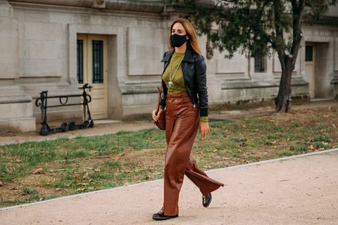 streetstyle look op paris fashion week lentezomer 2021