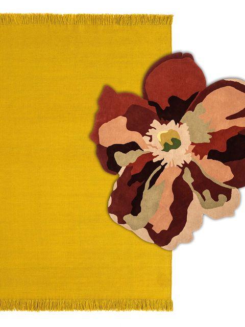 alfombra que incluye una flor decorativa