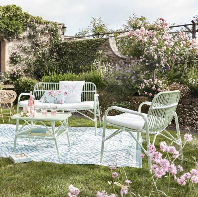 Alfombra de jardín con motivos geométricos blancos y azules