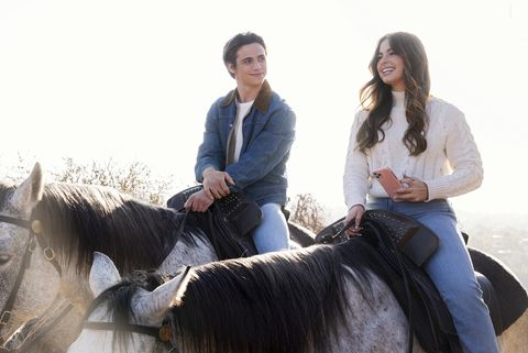 he's all that l to r tanner buchanan as cameron kweller and addison rae as padgett sawyer in he's all that cr kevin estradanetflix © 2021