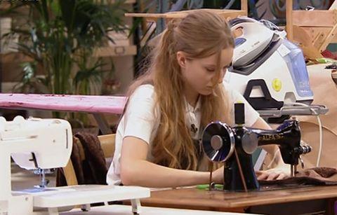 Alicia se cose un dedo en 'Maestros de la Costura'